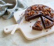 Τάρτα σοκολάτας ψυγείου με καραμελωμένα φουντούκια