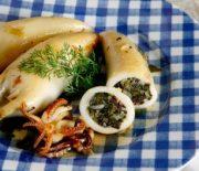 Καλαμαράκια γεμιστά με σπανακόρυζο στο φούρνο