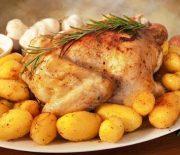 Λεμονάτο κοτόπουλο με δεντρολίβανο και πατάτες στο φούρνο