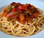 Μακαρόνια με σάλτσα ντομάτας κρεμμύδι και πιπεριές