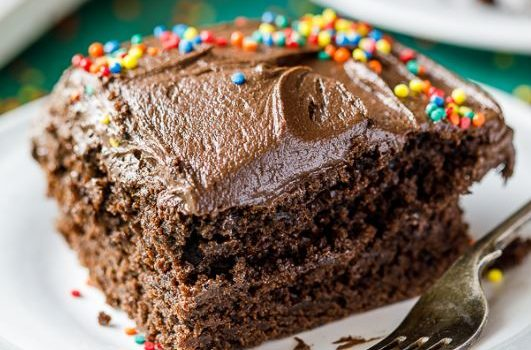 Πανεύκολο κέικ σοκολάτας με φυστικοβούτυρο και σοκολατένια επικάλυψη (Video)