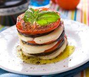 Μιλφέιγ μελιτζάνας με ντομάτα και μοτσαρέλα