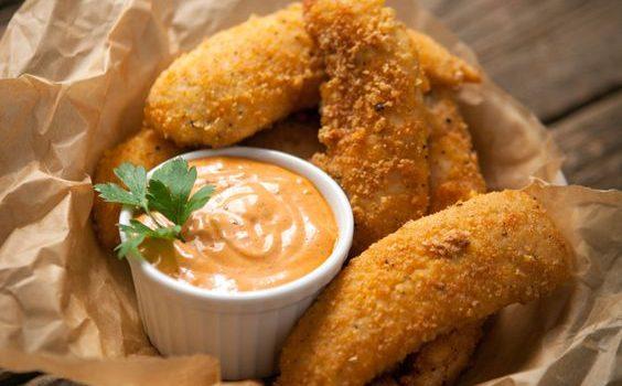 Κοτόπουλο με πικάντικη κρούστα και σάλτσα μελιού μουστάρδας