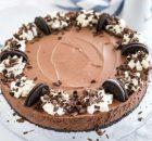 Σοκολατένια τούρτα ψυγείου με μους σοκολάτας και τραγανή βάση όρεο