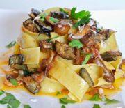 Παπαρδέλες με μανιτάρια μελιτζάνες και μοτσαρέλα (Video)