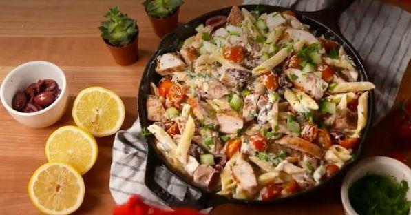 Πέννες με κοτόπουλο ελιές και ντοματίνια σε κρεμώδη σάλτσα τυριών