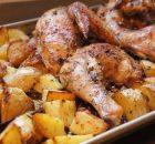 Κοτόπουλο λεμονάτο με πατάτες και μυρωδικά στο φούρνο