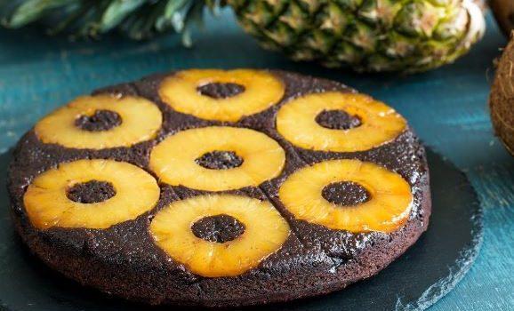 Αναποδογυριστό σοκολατένιο κέικ καρύδας με ανανά (Video)