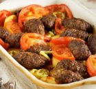 Σουτζουκάκια με πατάτες και ντομάτες στο φούρνο