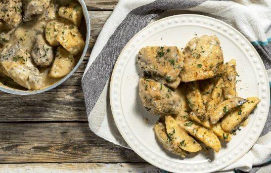 Κοτόπουλο λεμονάτο με πατάτες στη κατσαρόλα