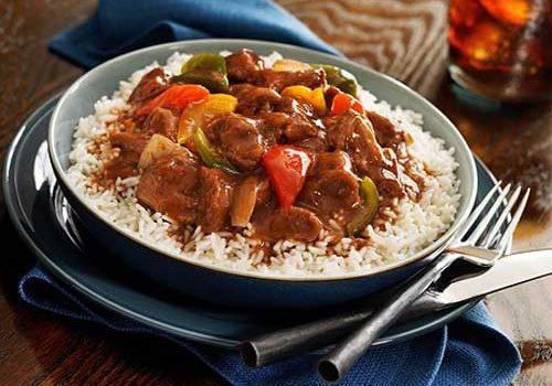 Μοσχαράκι με λαχανικά κοκκινιστό και ρύζι μπασμάτι