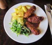 Σουτζουκάκια κοτόπουλου στο φούρνο με πατατούλες