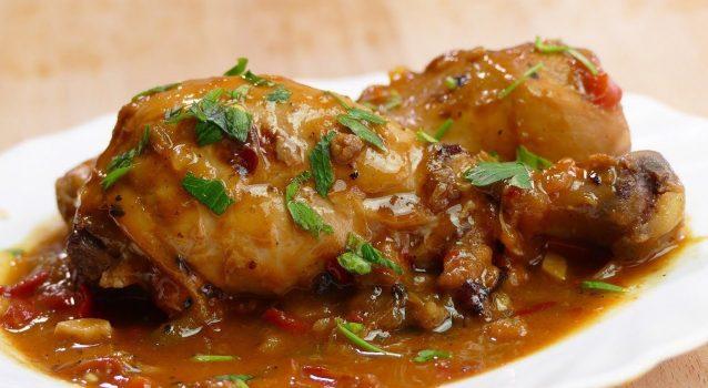 Κοτόπουλο κοκκινιστό με πατάτες στη κατσαρόλα