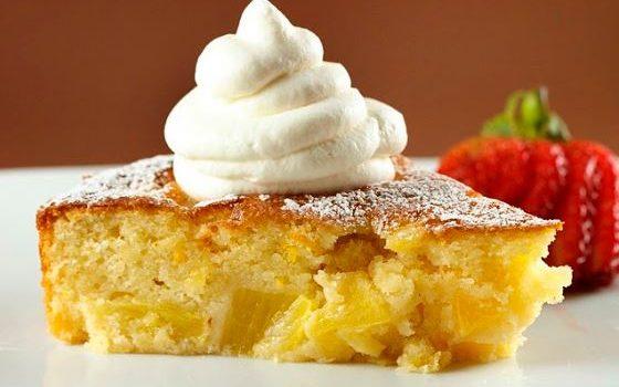Κέικ με ανανά και καρύδα καλυμμένο με κρέμα τυριού