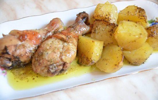 Μπουτάκια κοτόπουλου με μελωμένες πατατούλες