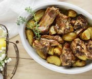 Αρνί στο φούρνο με πατάτες ρίγανη και θυμάρι στη γάστρα