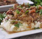Χοιρινές μπριζόλες με υπέροχη σάλτσα κρεμμυδιών