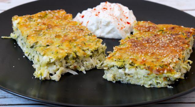 Πίτα χωρίς φύλλο με κολοκυθάκια τυρί και γιαούρτι