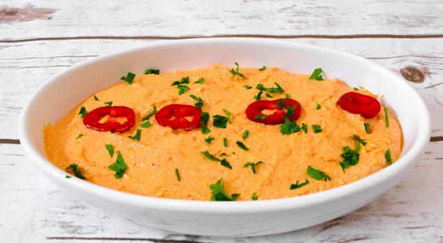 Τυροκαυτερή με κόκκινες πιπεριές φέτα και γιαούρτι
