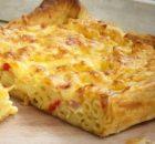 Μακαρονόπιτα τυριών σε σφολιάτα με πέννες και καπνιστό μπέικον
