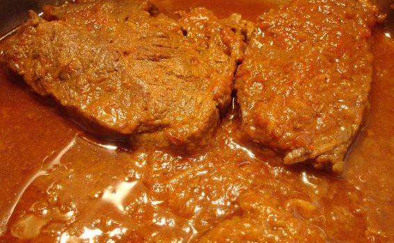 Χοιρινό κατσαρόλας με σάλτσα ντομάτας