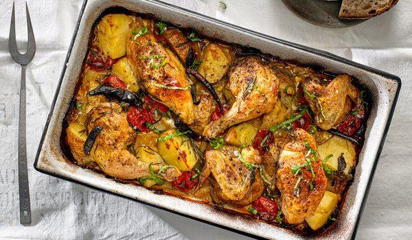 Κοτόπουλο με πατάτες ντομάτες και μυρωδικά στο φούρνο