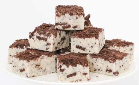 Γλυκό ψυγείου με ζαχαρούχο και Oreo με 3 υλικά σε 10 λ (Video)