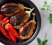 Μελιτζάνες και πιπεριές γεμιστές με ρύζι και αρωματικά