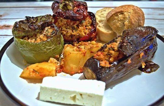 Γεμιστές μελιτζάνες και πιπεριές με ρύζι κουκουνάρι και τυρί