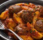 Κεφτεδάκια κοκκινιστά με πατάτες στη κατσαρόλα
