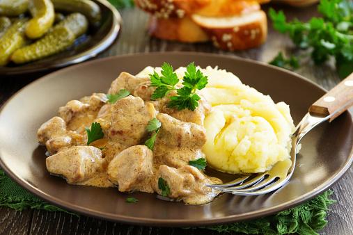 Χοιρινό με μανιτάρια και σάλτσα μουστάρδας