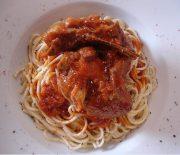 Αρνάκι κοκκινιστό κατσαρόλας με σπαγγέτι