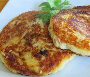 Αφράτες τηγανίτες με πουρέ πατάτας, μπέικον και τυρί τσένταρ