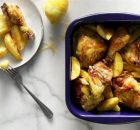 Κοτόπουλο κρασάτο με πατατούλες στη γάστρα
