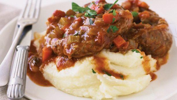 Οσομπούκο κοκκινιστό στη γάστρα με βελούδινο πουρέ πατάτας