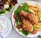 Τραγανό κοτόπουλο με πατάτες φούρνου σαν τηγανιτές και σπιτική σως ταρτάρ