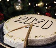 Βασιλόπιτα πανεύκολη χωρίς μίξερ με γλάσο λευκής σοκολάτας (Video)