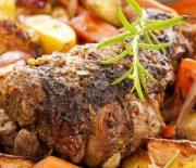 Κατσικάκι με πατάτες και καρότα στη γάστρα