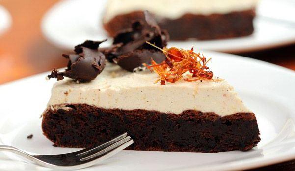 Σοκολατένιο κέικ χωρίς αλεύρι με υπέροχη μους καραμέλας