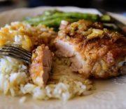 Μπούτια κοτόπουλου παναρισμένα, με σάλτσα κρεμμυδιού και ρύζι