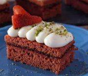 Red Velvet κέικ γεμιστό με μαρμελάδα και επικάλυψη κρέμας τυριού (Video)