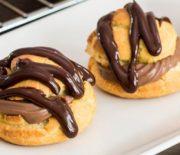 Σουδάκια γεμιστά με κρέμα σοκολάτας καλυμμένα με σοκολατένια γκανάζ (Video)