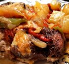 Χοιρινό με πατάτες πιπεριές και τυρί στη λαδόκολλα