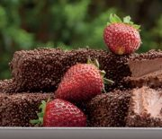 Σοκολατένιες μπάρες με φράουλες με 4 υλικά