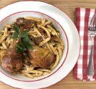 Κοτόπουλο με σκιουφικτά ζυμαρικά, μανιτάρια και μπέικον