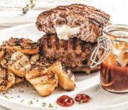 Μπιφτέκια γεμιστά με κασέρι, πατάτες ψητές και σπιτική κέτσαπ