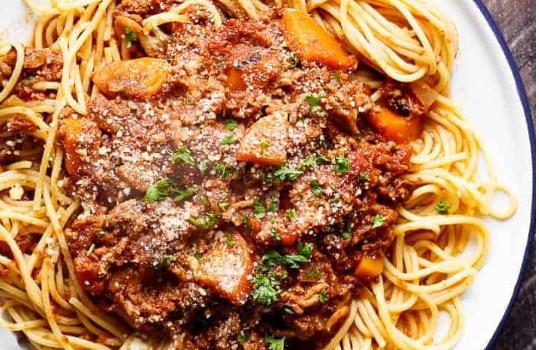 Σάλτσα μπολονέζ σιγοβρασμένη με μακαρόνια