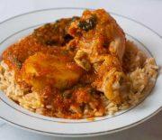 Μπουτάκια κοτόπουλου με σάλτσα λαχανικών και πεντανόστιμο πιλάφι