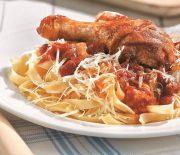 Κοτόπουλο σε σάλτσα ντομάτας με λαδοτύρι και πεντανόστιμες ταλιατέλλες