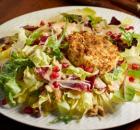 Σαλάτα με ζεστό κατσικίσιο τυρί, ρόδι και σάλτσα καρύδι